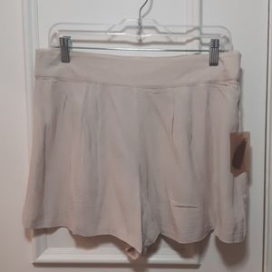 🛍️ NWT cream shorts